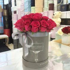 Różowe róże i szarość 🌹takie połączenie #kwiaciarnia #roses #kwiatybezokazji #love #kwiatywpudełkach #roże #różewpudełkach #flowerbox