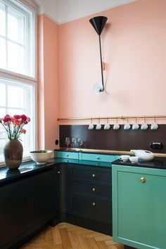 Two tone kitchen cabinets are trending right now. The kitchen is undeniably an important part in a house. Since we often spend our time in the kitchen, it is important to make it as comfortable and appealing as possible. Green Kitchen, Kitchen Colors, New Kitchen, Kitchen Dining, Kitchen Decor, Kitchen Storage, Funky Kitchen, Turquoise Kitchen, Kitchen Magic
