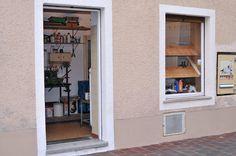 Wie sieht Dein Arbeitsplatz aus, Stefan Wanzl-Lawrence? Mein Atelier ist eine ehemalige Bäckerei, in der ich als Kind schon Süßigkeiten gekauft habe. Der Ort ist also verführerisch geblieben. #studiostories #stefanwanzllawrence #startyourart www.startyourart.de