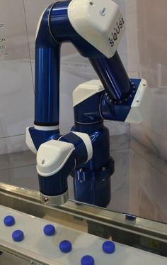 "N-Jiku Robot ""Tomato-harvesting Robots Exhibited at Trade Show (1)"" - Nikkei Technology Online"