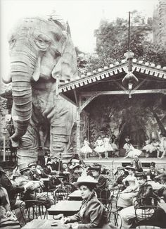 Paris 1899 : The gardens of Moulin Rouge, a cabaret in Paris, featured a gigantic stucco elephant, into which men could climb for private shows in the creature's belly. No women were allowed for these shows, except for the entertainers. Paris 1900, Old Paris, Vintage Paris, Foto Vintage, Old Pictures, Vintage Pictures, Old Photos, Moulin Rouge Paris, Le Moulin