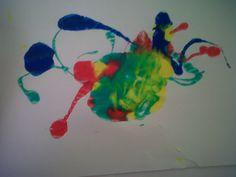 """1-Chorreamos plasticola al estilo """"Pollock"""".  2-Apoyamos una hoja, sobre la mancha y apretamos; así quedando una impresión."""