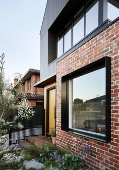 Brodecky, house with burnt wood covering in Melbourne by Atlas Architects - Journal du Design - Trend Heilige Architektur 2019 House Cladding, Facade House, Timber Cladding, Facade Design, Exterior Design, Design Design, Modern Brick House, Modern House Facades, Brick House Designs