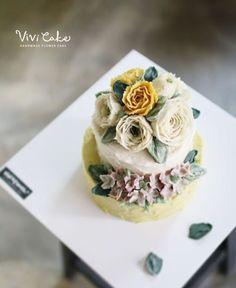 Rice cake class. White Bean paste flower. Made by_student . .  Vivi cake vivicakeclass@gmail.com . . .  #flowercake #korea #design #cake #cupcakes #flowercakeclass #cakeclass #flowers #riceflower #koreaflowercake #koreanflowercake #piping #rice #riceflowercake #wilton #wiltoncake #ricecakeflowercake #koreanbuttercream #flowers #baking #beanpaste #beanpasteflower #seoul #hongdae #cakeicing #플라워케이크 #떡케이크 #Ricecake #vivicake #앙금플라워