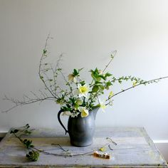 Lovely spring arrangement with daffodils and hellebore. I Gardenista