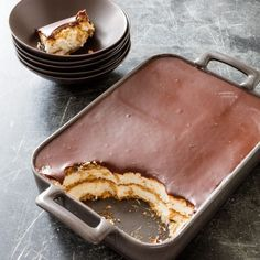 Chocolate eclair cake is an instant dessert classic; this no-bake cake features layers of store-bought vanilla pudding and Cool Whip sandwiched between graham crackers and topped off with chocolate frosting. Chocolate Eclair Cake, Chocolate Desserts, Chocolate Box, Chocolate Chips, Chocolate Frosting, Chocolate Desert Recipes, Chocolate Milkshake, Homemade Chocolate, Sweet Recipes