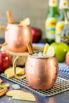 Apple Pie Moscow Mule (Plus Mocktail Version!) Apple Pie Moscow Mule (Plus Mocktail Version!) So fun for Fall! Apple Cider, Apple Pie or Caramel Vodka, and Ginger Beer! Easy, delish, and refreshing! Best cocktail ever! – Cocktails and Pretty Drinks Easy Alcoholic Drinks, Drinks Alcohol Recipes, Yummy Drinks, Cocktail Recipes, Yummy Food, Drink Recipes, Cocktail Ideas, Apple Recipes, Fall Recipes