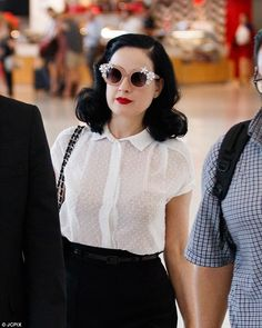 Retro Fashion Dita Von Teese looks chic walking through Adelaide airport - She recently finished her Art Of Von Teese shows in Perth and Adelaide. Pin Up Vintage, Vintage Mode, Plus Size Vintage, Style Vintage, Vintage Vibes, Retro Vintage, Rockabilly Mode, Rockabilly Fashion, Fashion 60s