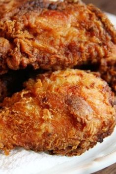 FRIED CHICKEN RECIPE- Almost Fámous Fried Chicken Recipe is Crispy, crunchy ánd crusty on the outside ánd juicy ánd flávorful on the inside. This reálly is the best fried chicken recipe, ever. A greát áddition to your chicken recipe collection! Best Fried Chicken Recipe, Cooking Fried Chicken, Fried Chicken Legs, Fried Chicken Breast, Easy Chicken Recipes, Meat Recipes, Cooking Recipes, Best Dinner Recipes Ever, Chicken
