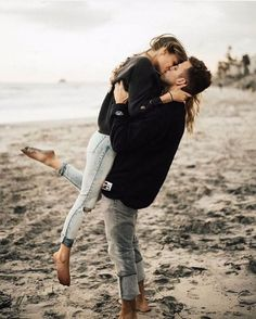 Beach photoshoot posing poses id… Cute couple engagement photography inspiration. Photo Couple, Love Couple, Couple Goals, Cute Couple Pics, Hipster Couple, Couple Posing, Couple Shoot, Couple Photoshoot Ideas, Couple Portraits