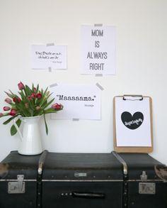 Die schönsten Mama Sprüche zum Muttertag: fernab von kitschig, dafür einige nah an lustig. Blumen oder Pralinen sind schnell besorgt – aber welche lieben Worte verschickt man bloß zum Muttertag? Turntable, Music Instruments, Ideas For Gifts, Chocolate Candies, Record Player, Musical Instruments