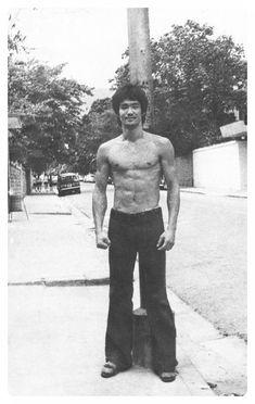Forever Bruce Lee -the little dragon- plus Bruce Lee Photos, Bruce Lee Art, Bruce Lee Martial Arts, Bruce Lee Body, Brandon Lee, Bruce Lee Family, Jeet Kune Do, Ju Jitsu, I Love Cinema