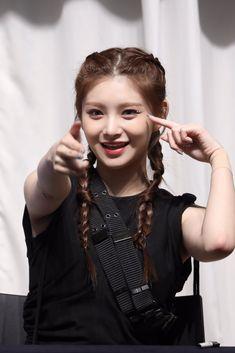 Kpop Girl Groups, Korean Girl Groups, Kpop Girls, Yuehua Entertainment, Ulzzang Girl, These Girls, Hush Hush, New Girl, Girls Generation