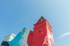 Uma antiga igreja coberta de grafites