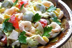 Салат с креветками, кальмарами, оливками и кукурузой | Любимые рецепты