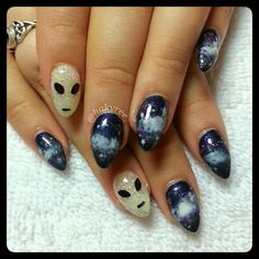 Galaxy & Aliens gel nails ♥ Baby almonds make for a perfect alien shaped head! Don't be fooled by the Aliens' glittery exterior, they glow in the dark Garra, Cute Nails, Pretty Nails, Hair And Nails, My Nails, Alien Nails, Almond Acrylic Nails, Black Almond Nails, Nagel Bling