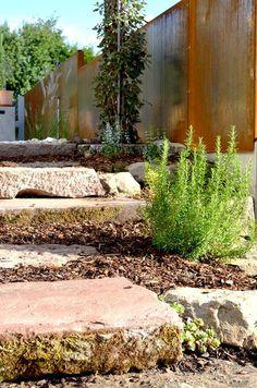 Plan Germann // Sandsteintreppe mit Kräuterbepflanzung