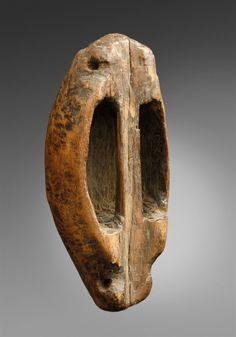 SUDÁN DOS ESCUDOS Un escudo shilluk de forma cilíndrica se estrecha en cada extremo, cubierta en cuero, tallado agarre;  y un escudo Dinka, de forma ovoide con empuñadura tallada, pátina oscura., 1045 Subasta de arte africano y oceánico, Lote 2