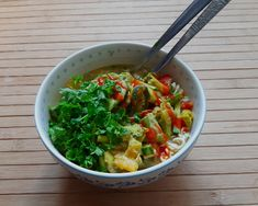 Hummus noedels, een simpel lunch gerecht | dulcamara Cheap Student Meals, Cheap Meals, Hummus, Broccoli, Salsa, Vibrant, Ethnic Recipes, Food, Cilantro
