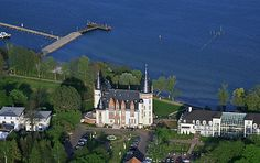 Das Schloss Klink aus der Luft! Da sieht man erst, wie wunderschön dicht, das Schloss am Müritzer See liegt!
