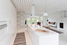 Selkeät linjat ja avara yhdistetty olohuone ja keittiö ovat nykyaikaa.