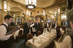 Vaudeville: Traditioneel met een moderne inslag wordt gekookt...... prachtige ambiance ...      Adres: 29 Rue Vivienne, 75002 Paris, Frankrijk  Telefoon:+33 1 40 20 04 62  Openingstijden: 12:00–15:00, 19:00–0:00  Halte/station: Bourse