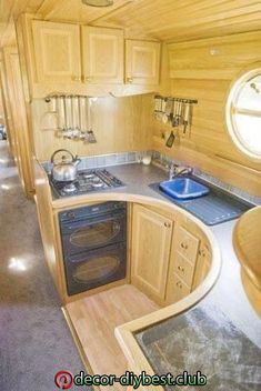 Houseboat kitchen - this looks really functional! Home Decor Kitchen, Home Kitchens, Galley Kitchens, Narrowboat Kitchen, Narrowboat Interiors, Room Interior Design, Interior Ideas, Interior Livingroom, Tiny House Living