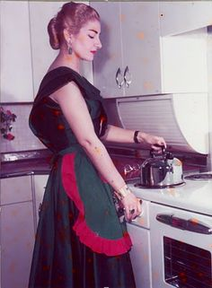 Maria Callas putting on a tea kettle -- she really was a domestic diva, wouldn't you say? Maria Callas, Opera Singers, Foto Art, Domestic Goddess, Perfect Woman, Famous Women, Celebs, Celebrities, Ikon