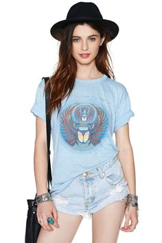 What a cu-TEE! Buy a new cute t-shirt from Nasty Gal's range of womens t-shirts & graphic tees. V-neck or extreme scoop, black or white, all tees are here! Vintage Rock Tees, Vintage Tee Shirts, Clothes Encounters, Cool Shirts, Awesome Shirts, Vintage Outfits, Vintage Clothing, Passion For Fashion, V Neck T Shirt