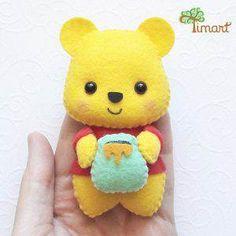 Apostila Digital - Ursinho Puff (Pooh) : Confeccionando Fofuras - Moldes e Apostilas - Timart Kids Crafts, Felt Crafts Diy, Felt Diy, Handmade Felt, Yarn Crafts, Sewing Crafts, Sewing Projects, Vinyl Crafts, Felt Giraffe