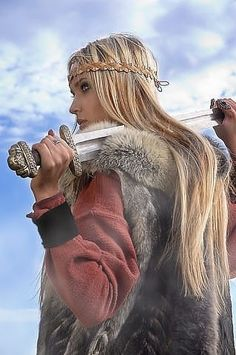 Amazing WTF Facts: High-Ranking Viking Warrior Long Assumed to Be Male Was Actually Female Viking Warrior Woman, Warrior Girl, Fantasy Warrior, Warrior Princess, Female Viking, Viking Dress, Viking Costume, Valkyrie Costume, Fantasy Women