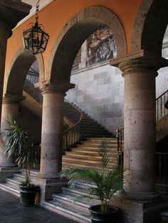 Al ver la hermosa arquitectura en Guadalajara, Mexico.