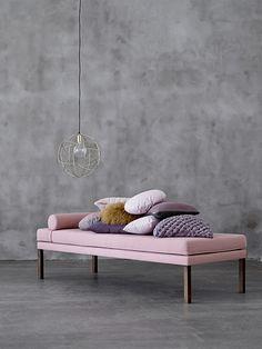 Méridienne rose de la marque Blommingville. Pour un bureau, une chambre ou même un salon, la méridienne apporte une touche original et tendance à votre pièce. #design #deco #bloomingville #tendance #inspiration #daybed #meridienne
