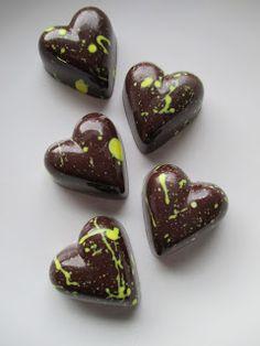 Suklaakonvehteja tuli tehtyä ennen joulua ja vielä vähän joulun jälkeenkin aikamoinen määrä. Kermaruusulla on  täällä hyvät ohjeet  konvehti...