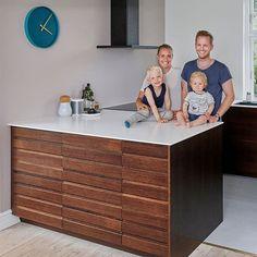 🙏 For den travle madblogger og mor til to @juliebruunsblog, er køkkenet et sted, der både skal være lækkert at arbejde i - men også et sted, hvor der skal findes ny inspiration og hvor tiden med familien prioriteres højt.  Her blev det til et smukt snedkerkøkken med IKEAs køkkenskabe og vores Plus Line i en behagelig røget eg 😍  Bordpladen er af Corian, så der ikke er nogle samlinger rundt i hele køkkenets form. Lækkert!  Jeg synes, at det er blevet et rigtig dejligt resultat - og jeg er sikke Ikea Hacks, Credenza, Toilet, Dresser, Cabinet, Storage, Inspiration, Furniture, Home Decor