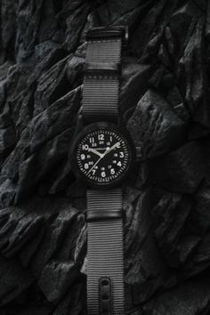 Choose stealth style this summer with our black and grey Khaki Field Mechanical. Powered by the exclusive H-50 handwinding movement, this 38mm watch is ready for an adventure!