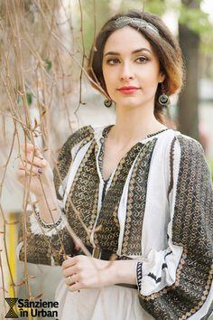 Sanziene in Urban 2016 Photo by Radu Niculescu Folk Fashion, Ethnic Fashion, Transylvania Romania, Embroidery Fashion, Fashion Today, Folk Art, Urban, Costumes, Traditional