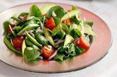 Σαλάτα με σπανάκι, αβοκάντο και ντοματίνια - Συνταγές   γαστρονόμος Caprese Salad, Allrecipes, Food Dishes, Fitness Tips, Dips, Salads, Food Porn, Greek, Sauces
