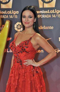 Elisa Mouliaá deslumbra de Yolan Cris Alta Costura en los #premiosLaLiga de La Liga BBVA. Vestido rojo rubí con bordado a mano de coral y piedras semipreciosas en plata envejecida. #yolancris #elisamouliaa
