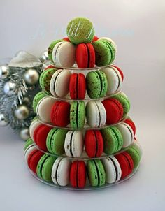 Christmas Macarons by Le Petit Macaron, Perth, Western Australia. You'll find th… - macaron recipe Macaroons Christmas, Christmas Deserts, Christmas In July, Christmas Goodies, Christmas Treats, Holiday Treats, Christmas Tree Cake, Simple Christmas, Macaron Cookies