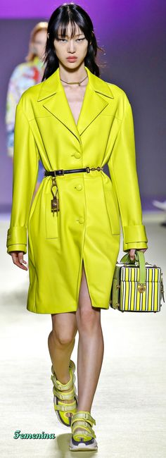 Versace Spring-summer 2019 Ready-to-Wear Sora Choi, Trench Coat Outfit, Yellow Clothes, Atelier Versace, Spring Outfits, Green Outfits, High Fashion, Ladies Fashion, Style Fashion