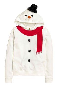 Felpa da pupazzo di neve: Maglia in morbido tessuto felpato. Cappuccio foderato in jersey con ricami, cappello e carota applicati. Dettagli decorativi sul davanti. Bordo in maglina a fondo manica e in basso. Morbido interno spazzolato.