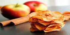 Το απόλυτο σνακ: Τραγανά τσιπς μήλου με κανέλα Real Food Recipes, Snack Recipes, Cooking Recipes, Yummy Food, Cooking Tips, Dessert Recipes, Spiced Apples, Baked Apples, Low Carb Chips