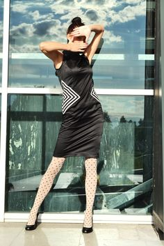 Šaty s kosoštvorcom Večerné elegantné šaty s kosoštvorcami na bokoch.