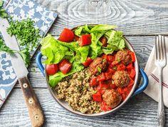 Vandaag draai je zelf gehaktballetjes van rundertartaar. Deze serveer je in tomatensaus. Lekker met een frisse salade van zachte botersla en een kruidige couscous met verse bladpeterselie en geurige munt. Houd je een beetje couscous over? Lees dan onze tip.