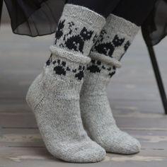 Kattefot fra siden Crochet Socks, Knitted Slippers, Slipper Socks, Knitting Socks, Baby Knitting, Knit Crochet, Knit Shoes, Sock Shoes, Converse Slippers