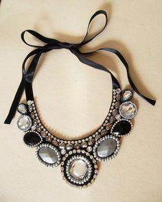 Maxi colar com chatons acrílicos e de resina, nas cores preto, cristal, cinza e…