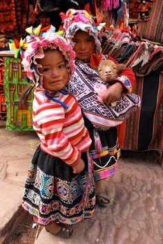 Las mismas niñas en el mercado de Pisac, Cusco. Peru. @Amelia R. Sánchez Stone Coquis via Claudia Garrido Pinto