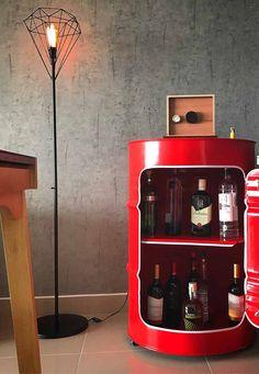 Um recorte na frente do tambor e pronto! Você acaba de criar um tambor bar com porta e todo descolado Oil Barrel, Metal Barrel, Barrel Furniture, Steel Furniture, Jerry Can Mini Bar, Liquor Bar, Vintage Drums, Metal Drum, Oil Drum
