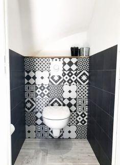 Wc faïencés carreaux de ciment et carreaux noirs Leroy Merlin Wc / faïences / carreaux de ciment / design interior / cocooning home / wc suspendus / water / Small Toilet Room, Guest Toilet, Bad Inspiration, Bathroom Inspiration, Wc Design, House Design, Toilette Design, Grey Wood Floors, Wall Cladding